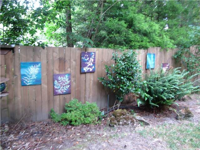Mulch media on the fence about outdoor d cor for Decorating your backyard fence